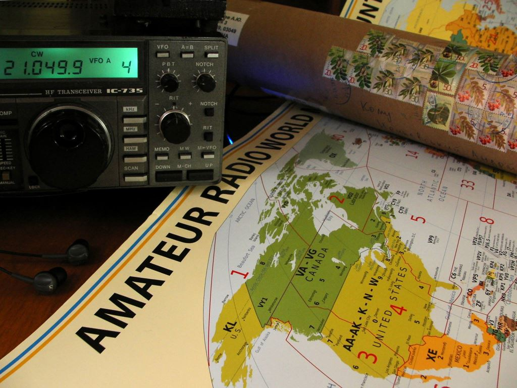 Just got a cardboard tube with an updated #hamradio map from Alexey UT0UM. Impressive quality, take it as an ad :) http://www.hamradiomap.com/